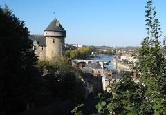 Château Vieux - Français:   Vue du Château de Laval et des rives de la Mayenne, depuis le parc de la Perrine.