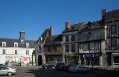 Immeuble dit de Maistre Julien Briand - Français:   Place de la Trémoille à Laval; façades de deux monuments historiques, le Château neuf et l'hôtel de Maistre Julien Briand.