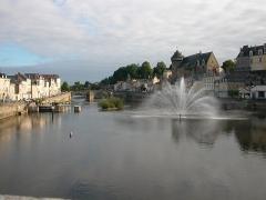Vieux pont sur la Mayenne -  La Mayenne, le Pont Vieux et le château de Laval (Mayenne)