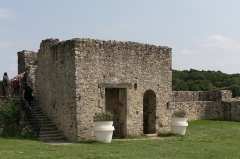 Château - La porte de fer du château de Sainte-Suzanne.