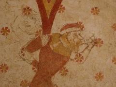Eglise paroissiale Notre-Dame - Fresques ornant le mur sud de la chapelle Sainte-Anne de l'église Notre-Dame de Cossé-en-Champagne (53). Soubassement. Homme colonne buccinateur.