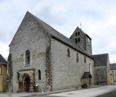 Eglise paroissiale Notre-Dame - Français:   Extérieur de l\'église Notre-Dame de Cossé-en-Champagne (53). Façade occidentale et flanc sud.