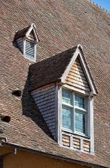 Halles - Français:   Une fenêtre des anciennes halles, actuellement lieu d\'exposition - La Ferté-Bernard, Sarthe