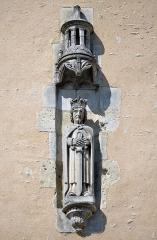 Halles - Français:   Sculpture de Saint-Louis ornant les anciennes halles, actuellement lieu d\'exposition - La Ferté-Bernard, Sarthe
