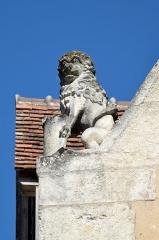 Halles - Français:   Façade des anciennes halles, actuellement lieu d\'exposition - La Ferté-Bernard, Sarthe