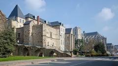 Cathédrale Saint-Julien - Français:   Façade arrière du Palais des Comtes du Maine (actuelle Mairie du Mans), escalier des Ponts-Neufs et cathédrale Saint-Julien - Cité Plantagenêt, Le Mans.