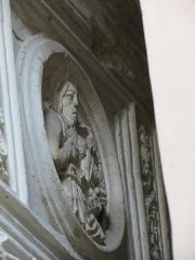 Eléments d'architecture sculptés de style Renaissance dans la cour de l'immeuble - This image was uploaded as part of Wiki Loves Monuments 2012.