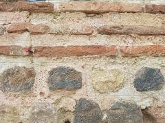 Enceinte gallo-romaine (restes) - Traits de règle sur le mortier, muraille romaine du Mans, jardin de l'évêché.