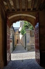 Hôtel Nepveu de Rouillon - Français:   Hôtel Nepveu de Rouillon vu depuis le porche de l\'Hôtel Legras du Luart - Le Mans, Sarthe