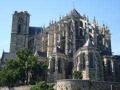 Menhir, dressé contre la cathédrale, dit Pierre Saint-Julien -  Le Mans cathedral