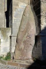 Menhir, dressé contre la cathédrale, dit Pierre Saint-Julien - Français:   Menhir, dressé contre la cathédrale, dit Pierre Saint-Julien - Le Mans, Sarthe
