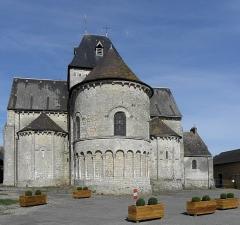 Eglise - Français:   Église Saint-Laurent de Neuvy-en-Champagne (72). Chevet.
