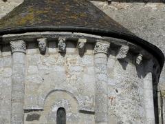 Eglise - Français:   Église Saint-Laurent de Neuvy-en-Champagne (72). Chevet. Corniche à modillons de l\'absidiole nord.
