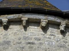 Eglise - Français:   Église Saint-Laurent de Neuvy-en-Champagne (72). Abside. Détail de la corniche à modillons.