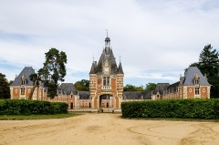 Château et ses communs - This building is indexed in the Base Mérimée, a database of architectural heritage maintained by the French Ministry of Culture,under the reference PA00109998 .