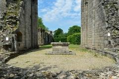 Abbaye de La Grainetière - Français:   Autel et les murs de l\'église en ruines de l\'Abbaye Notre-Dame de la Grainetière - Les Herbiers, Vendée