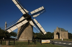 Moulins à vent du Mont des Alouettes - Français:   Un des moulins du Mont des Alouettes et chapelle néo-gothique, Les Herbiers, Vendée