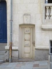 Immeubles - English: Les Sables-d'Olonne, immeubles, 1, 3, 5, 7 rue Travot, 4, 4 bis place Maréchal-Foch.