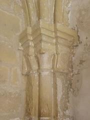 Ancienne celle grandmontaine de Chassay-Grammont, actuellement dénommée prieuré de Chassay-Grammont - Prieuré de Chassay-Grammont en Saint-Prouant (85). Salle capitulaire. Colonnes et chapiteaux d'angle.