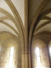 Ancienne celle grandmontaine de Chassay-Grammont, actuellement dénommée prieuré de Chassay-Grammont - Prieuré de Chassay-Grammont en Saint-Prouant (85). Réfectoire. Colonne et voutes.