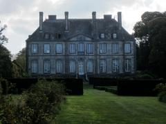 Château - Français:   Château de Carneville, Manche  Les communs datent du 17e siècle.  Le château est du 18e siècle.