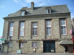 Hôtel de l'ancienne Douane -  Hôtel Épron de la Horie (1781). Murs et toits en schiste bleu.  Successivement hôtel particulier,  caserne, hôpital auxiliaire, hôtel des douanes, et aujourd'hui banque.