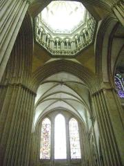 Cathédrale Notre-Dame - Français:   La Cathédrale Notre-Dame de Coutances, Manche. Croisée du transept et lanterne.
