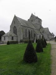 Eglise et cimetière qui l'entoure - Français:   Chevet et flanc nord de l\'église Notre-Dame de Genêts (50).