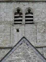 Eglise et cimetière qui l'entoure - Français:   Baies géminées du clocher de l\'église Notre-Dame de Genêts (50).