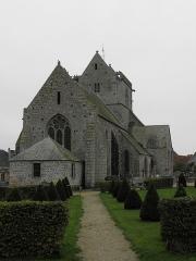 Eglise et cimetière qui l'entoure - Français:   Chevet de l\'église Notre-Dame de Genêts (50).
