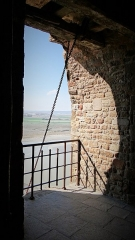 Abbaye et dépendances - ouverture pour le chariot déplacé sur un plan incliné par la cage à écureuil de l'Abbaye du Mont Saint Michel