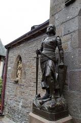 Eglise paroissiale - Sculpteur non identifié: Statue de Jeanne d'Arc, signée Raffl Paris (fondeur), commandée par les abbés de Saint-Edme de Pontigny en 1901, inaugurée par Mgr. Fuzet, archevêque de Rouen, le 13 mai 1908. La statue se trouve à côté de la porte du transept de l'église Saint-Pierre du Mont-Saint-Michel, Manche, France. [1]