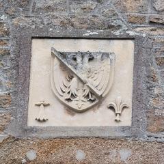 Maison dite Logis Tiphaine-de-Raguenel - Français:   «D\'argent à l\'aigle bicéphale éployée de sable becquée et membrée de gueules, à la cotice du même brochant sur le tout»