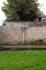 Ensemble des terrasses et jardins dits jardins de la Croix de Jérusalem - Français:   Ce calvaire se trouve contre le mur du fond de la terrasse supérieure des jardins.