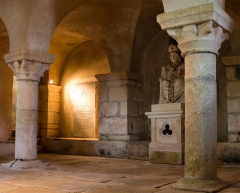 Eglise de Saint-Marcouf - English:  Crypt of the church of St. Marcouf in Saint-Marcouf (Manche, France). The crypt is half buried under the apse. An effigy of St. Marcouf thrones at the base of the west wall.