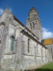 Eglise et sa place - Église de fr:Sainte-Marie-du-Mont (Manche)