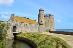 Ile de Tatihou - English: Vauban tower built by Benjamin de Combes (1694–9) on the island of Tatihou, Saint-Vaast-la-Hougue (Normandy, France).