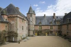 Château de Carrouges - English: Courtyard of château de Carrouges, 2013.
