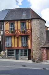 Enceinte de la ville - English: Domfront (France, Normandy)  : house and haolf of a dunjeon.
