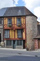 Enceinte de la ville - English:   Domfront (France, Normandy) : house and haolf of a dunjeon.