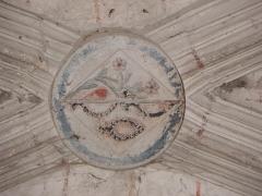 Chapelle Notre-Dame-de-Pitié - Chapelle Notre-Dame-de-Pitié de Longny-au-Perche (61). Intérieur. Clef de voûte de la chapelle septentrionale. ♫cu en losange de dame, mi parti à dextre au rameau fleuri de deux quitefeuilles et à senestre de trois patenôtres.