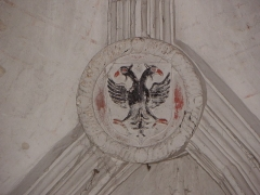 Chapelle Notre-Dame-de-Pitié - Chapelle Notre-Dame-de-Pitié de Longny-au-Perche (61). Intérieur. Clef de voûte de la dernière travée. Blason à l'aigle bicéphale, armoirie des Ducs de Longueville, seigneurs de Longny.