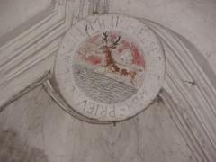 Chapelle Notre-Dame-de-Pitié - Français:   Chapelle Notre-Dame-de-Pitié de Longny-au-Perche (61). Intérieur. Clef de voûte de la dernière travée. Armes parlantes de Michel Serreau, prieur de Longny.