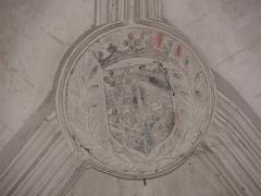 Chapelle Notre-Dame-de-Pitié - Chapelle Notre-Dame-de-Pitié de Longny-au-Perche (61). Intérieur. Clef de voûte de la dernière travée. Écu écartelé aux armes de France et de Bourbon surmonté de la couronne princière.