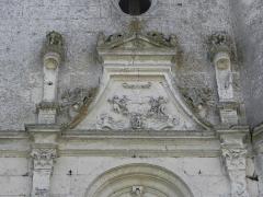 Chapelle Notre-Dame-de-Pitié - Façade occidentale de la chapelle Notre-Dame-de-Pitié de Longny-au-Perche (61). Armoiries des barons de Longny.