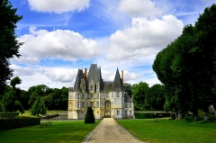 Château d'O - This building is en partie classé, en partie inscrit au titre des Monuments Historiques. It is indexed in the Base Mérimée, a database of architectural heritage maintained by the French Ministry of Culture,under the reference PA00110871 .