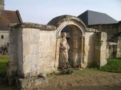 Restes de l'église - Français:   Vestiges de l\'église Saint-Pierre de Bréville-les-Monts (Calvados)