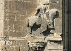 Ancienne église de Saint-Etienne-le-Vieux, actuellement magasin communal - Français:   Bas-relief mutilé d\'un homme à cheval sur la façade est de l\'église Saint-Étienne-le-Vieux à Caen (Calvados) Représentation supposée de Guillaume le Conquérant.