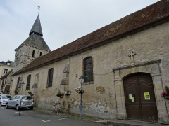 Eglise - Français:   Cambremer, église St Denis, façade nord. Des pierres disposées en arête-de-poisson sont visibles sous l\'enduit de la nef.