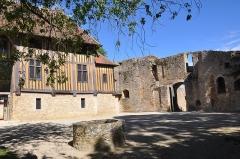 Ancien manoir - English: Castle of Crèvecoeur-en-Auge (France, Normandy)  : square inside.